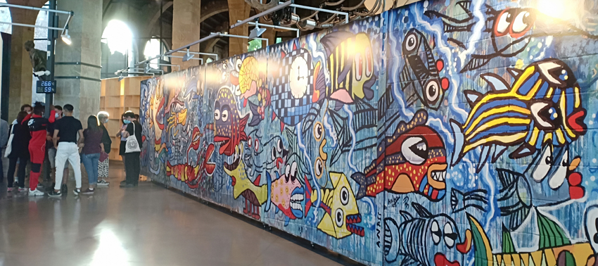 Mostra frontal de l'exposició on es reprodueix la intervenció artística a un dels murs de Can Llupià.